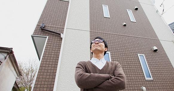 アパートの前の男性